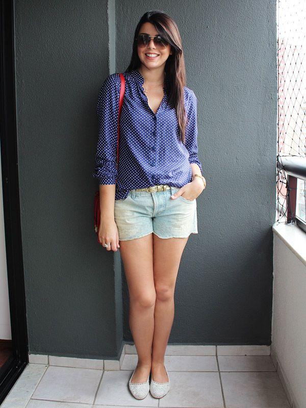 Camisa azul de bolinhas brancas Maria Filó • Short jeans claro Farm • Sapatilha de crochê H • Bolsa vermelha Farm