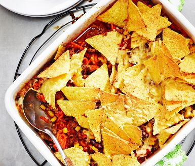En gratäng med de texmexsmaker som vi har tagit till våra hjärtan. Köttfärs, majs, bönor och tomatsås varvas – strö över ost och nachochips och vips in i ugnen. Du får det bästa från tacos, men utan att behöva skicka runt en massa tillbehör fram och tillbaka över bordet. Genialiskt!