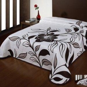 biela prikryvka na postel s hnedym kvetovym vzorom