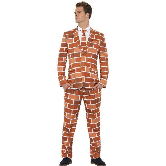 Heren kostuum Off the Wall. Dit 3-delig heren kostuum met colbert, broek en stropdas heeft een all-over print van een gemetselde stenen muur. Carnavalskleding 2015 #carnaval