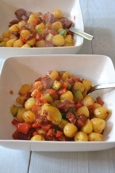 Makkelijke en snel éénpansgerecht: een chorizo aardappel pannetje. Alles in de pan, even wachten en klaar is je gezonde gerecht!