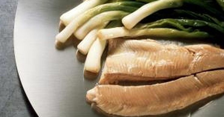 Cómo cocinar filetes de tilapia congelados. La tilapia es un pescado blanco de sabor suave, por lo que muchas personas a las que normalmente no les gusta el pescado, les suele gustar la tilapia. Puedes cocinarla en una amplia variedad de maneras, incluyendo al horno, frita y a la parrilla.