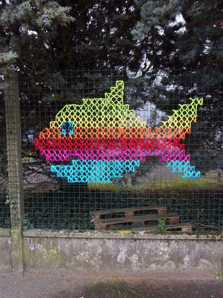 Tieto nádherné vyšívané obrazy na oploteniach nie sú to, čo by ste očakávali od grafiťákov. Francúzske street art duo Vanessa a Stéphane, ktorí sú známi ako Urban X Stich, zdobia obyčajné drôtené ploty mestkých ulíc vyšívanými obrazmi.