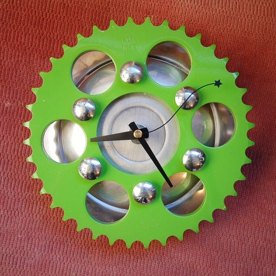 An efficient use of old bike sprockets and hub caps.... make them into a clock!