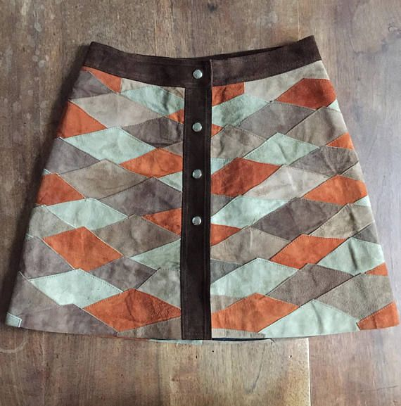 Hi! heres a very great condition suede high waist patchwork 70s skirt!!! *the condition is unbelivable, no spots, just the print of a plier from the hanger on the belt. *Its a size S to M. *Nice work of different colored suede leather sewed together. *Brand: no tag inside. *Mix of