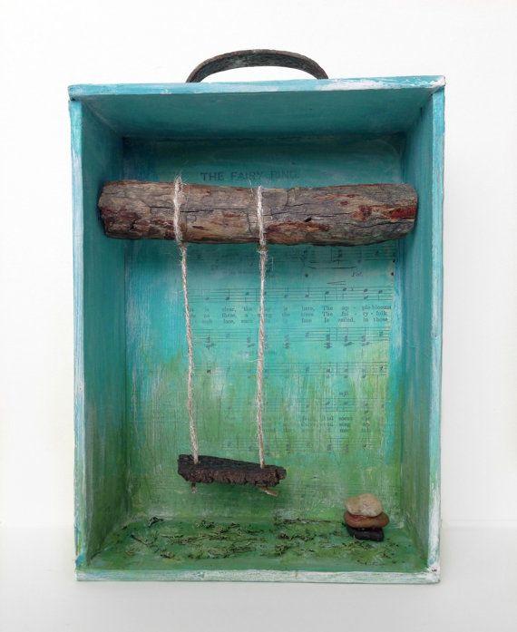 Retablo Folk Art  Nicho albero con altalena Cairn tra di Retablos