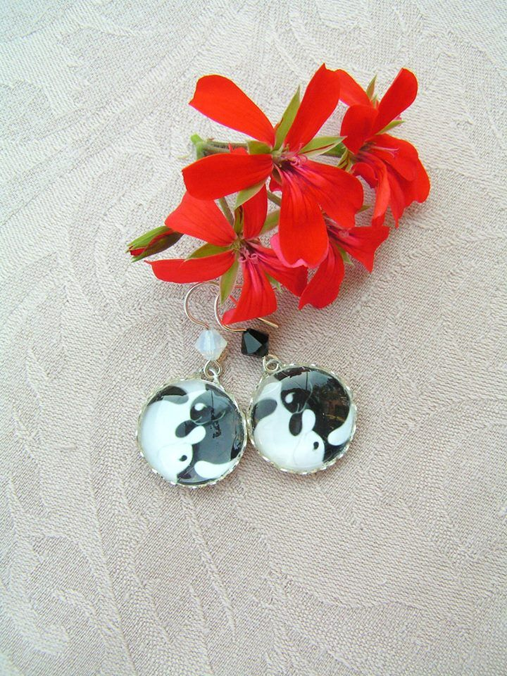Yin ang Yang cats  --    Beautiful small earrings completed with some sparkling swarovski crystals.  Diameter of the pendants: 20 mm, Length of the earrings: 35 mm