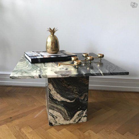 Art deco soffbord i grön marmor 2500;-  Mått på skiva 70*70, höjd 50  Retro sängbord, kan behövas slipas. 44*35/ höjd 61, 300;-   Silverljustake från Day Home 32cm hög 750;-