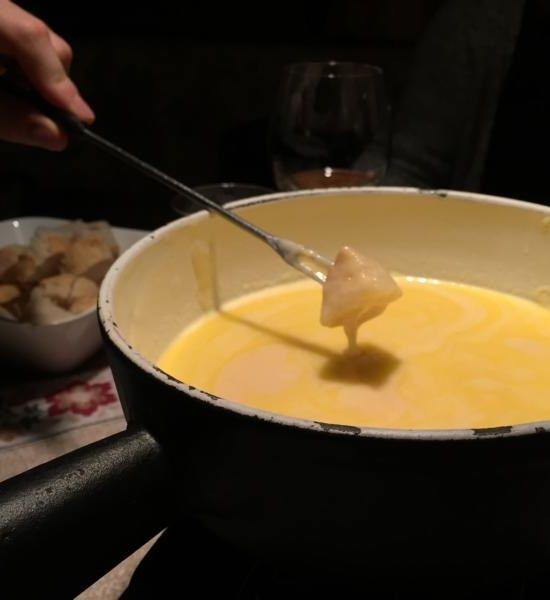 Wie wäre es mit einem gemütlichen/romantischen Abend bei einem leckeren Käsefondue? Yummy, wir finden es ist Zeit für ein Käse Geschenk! Dazu zum Beispiel ein schönes Gusseisen-Set verschenken und einen gemeinsamen Käsefondue-Abend organisieren