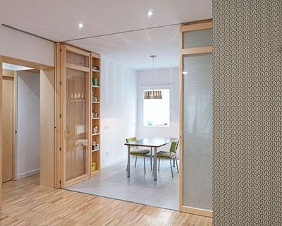 Un vestíbulo de acceso y un pasillo oscuro que da acceso a una secuencia de pequeñas estancias son cosa del pasado en este reformado departemento madrileño