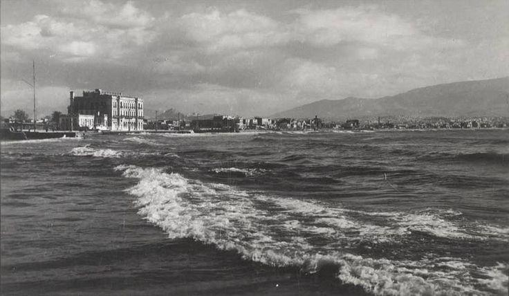 «Νέον Φάληρον - Ενώ ξεσπά ο Σαρωνικός» (δεκ. '50)   Φωτ. Νίκος Στουρνάρας.   Από την σελίδα Μεταμορφώσεις της πόλης - και όχι μόνο.