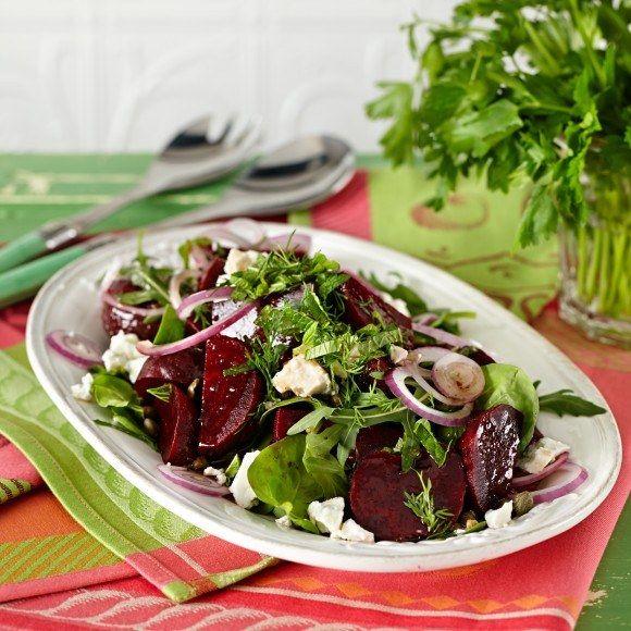Als lunchgerecht maak ik vandaag een bietensalade met feta en groene sla. daarop een frisse dressing van olijfolie, agave siroop en citroen.