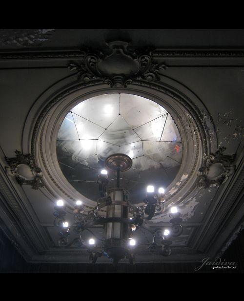 Una Maravilla. Candelabro de Antiguo teatro en Valparaíso.  #chandelier #theater #candelabra  #luces #techo #ceiling #cristal #theatre  #antiguedad #antique #antiquetheatre