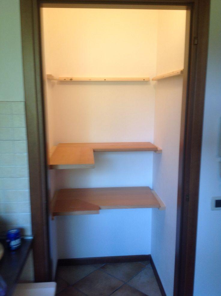 Montaggio mensole angolari in cucina per arredare un for Arredare un piccolo ingresso