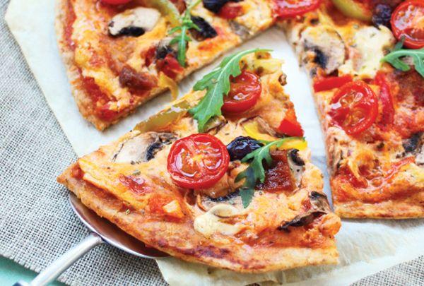 """São mais de 100 receitas sem carne, peixe, ovos ou laticínios – incluindo essa receita de Pizza Vegana – o livro """"Cozinha vegana para o dia a dia""""."""