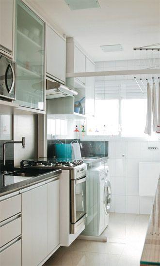 Cozinha / lavanderia - Se quiser dividir a área de serviço da cozinha, faça como abaixo: Use materiais translúcidos para que a luz da janela chegue à cozinha e não leve a divisória até o teto, para manter a circulação de ar.