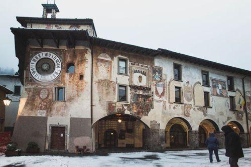 La torre dell'orologio e la sede del comune a #Clusone