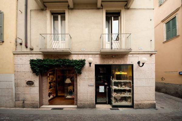 B&B Dai Nonni vi propone la comodità di soggiornare direttamente nel centro storico di Verona. Uscendo di casa vi troverete subito nella centralissima via Mazzini, la famosa passeggiata dello shopping cittadino, a due passi dal celebre Anfiteatro Arena, sito in Piazza Bra, da Piazza delle Erbe e dalla casa di Giulietta con il suo celebre balcone. Presente su www.BedAndBreakfastItalia.com #BnBItalia #BnBVeneto #BnB #BedAndBreakfast #BeB #BeBItalia #BeBVeneto #Veneto #BnBItaly