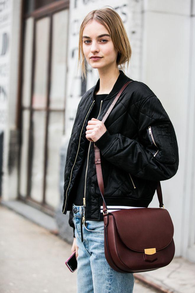 Bomber noir et sac Céline à la Fashion Week de New York