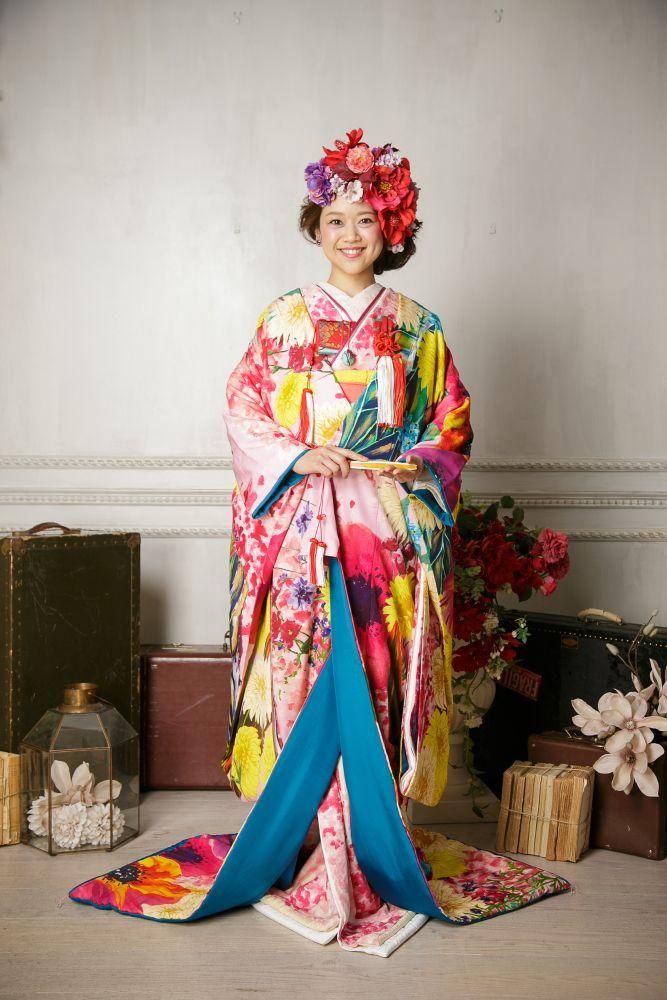 お選び頂いた色打掛はThe Sweet Closet オリジナルのボタニカル柄。 ビビットな花柄はどの角度から見ても鮮やかで個性的なスタイルに仕上がります。