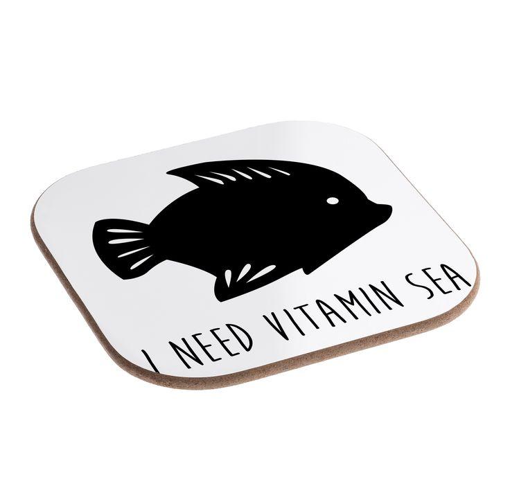 Quadratische Untersetzer Fisch aus Hartfaser  natur - Das Original von Mr. & Mrs. Panda.  Dieser wunderschönen Untersetzer von Mr. & Mrs. Panda wird in unserer Manufaktur liebevoll bedruckt und verpackt. Er bestitz eine Größe von 100x100 mm und glänzt sehr hochwertig. Hier wird ein Untersetzer verkauft, sie können die Untersetzer natürlich auch im Set kaufen.    Über unser Motiv Fisch  Da die Welt zu 70 % aus Wasser. Für Meerestiere und Fische der perfekte Ort zu leben. Fische gibt es in…