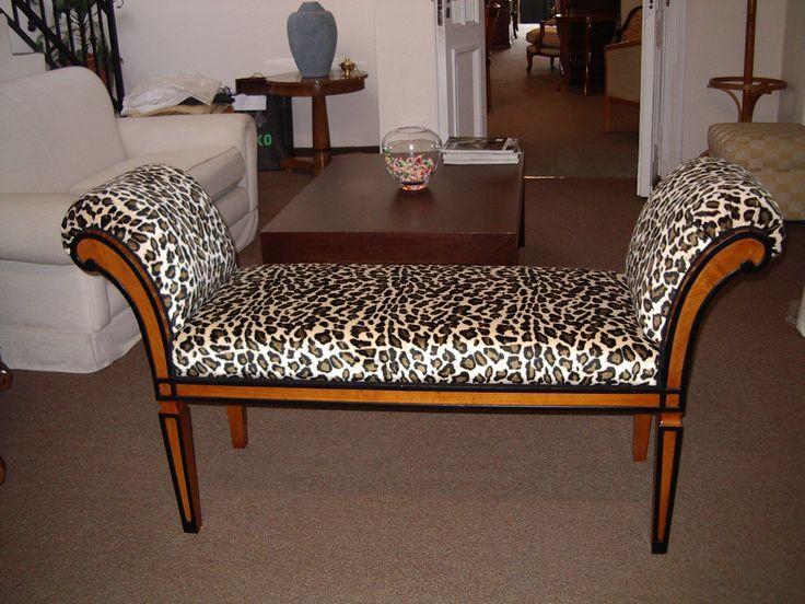 Banqueta modelo Susana estilo Biedermeier en lustre poliuretano semimate con los filos en negro. El tapizado tiene el sello de una diva, pana animal print.