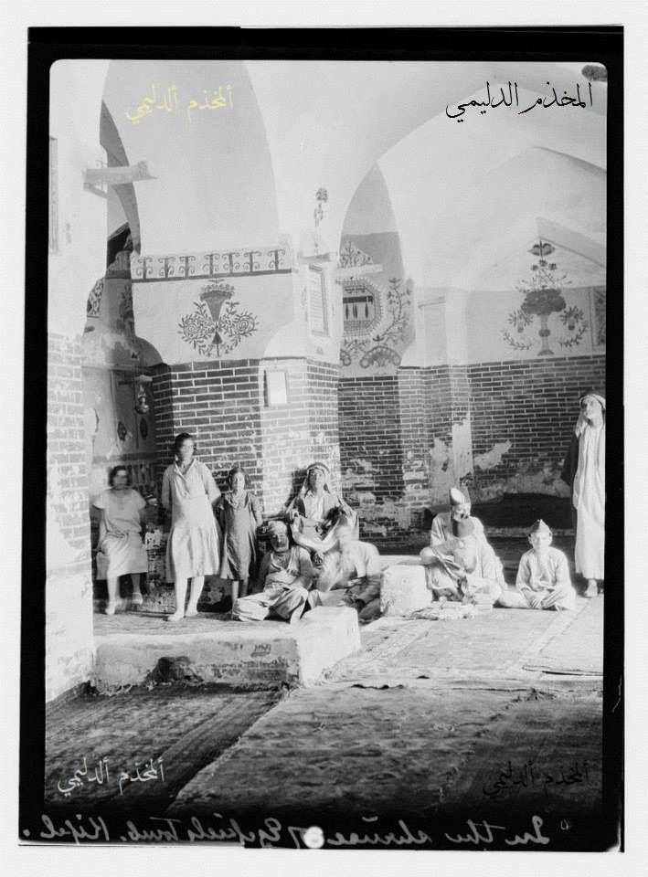 من تراث الطوائف والاديان في العراق صورة نادرة عن اليهود وضريح النبي ذي الكفل ويظهر عائلة يهودية تجلس داخل المبنى يعود تاريخها لسنة 1932 Photo Baghdad Iraq