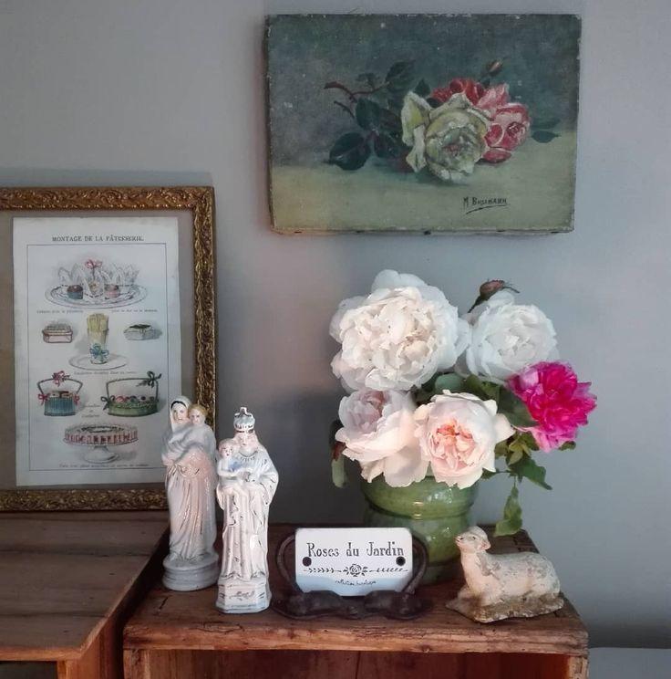 Composer un bouquet de roses du jardin qui s'harmonise bien avec cette petite toile de roses et cette vierge le tout chiné ce matin aux @pucesducanal #retourdechine #puceducanal #suranné #poetique #momentofmine #roses #alamaison #virgin #oilpainting #tableau
