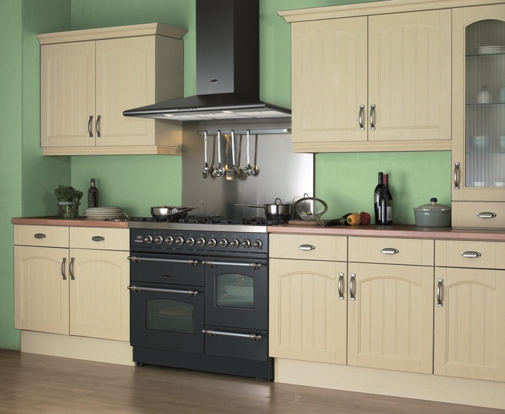 The Graphite Colour Of The Classic Range Cooker Contrasts Nicely With The  Traditional Cream Cabinets.