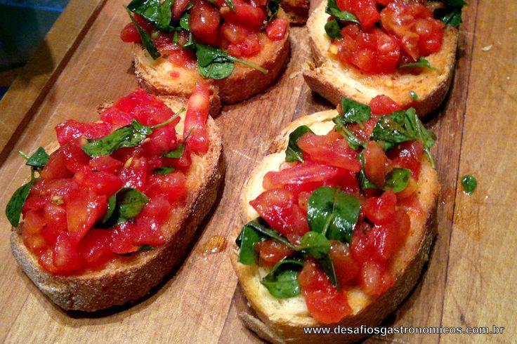 Bruschettas de Tomate e Manjericão Esta receita está no livro do Jamie Oliver na Itália. É muito simples de fazer, e o efeito é ótimo! É...