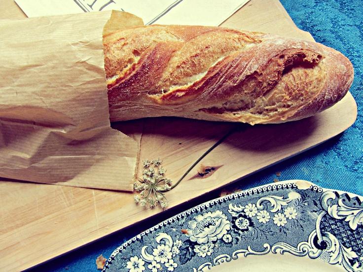 Ranskalainen aamiainen. Patonki ja tuoremehu.