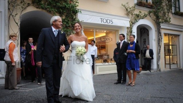 Fotografi matrimonio Napoli. Matrimonio a Capri. Passeggiata a Via Camerelle.