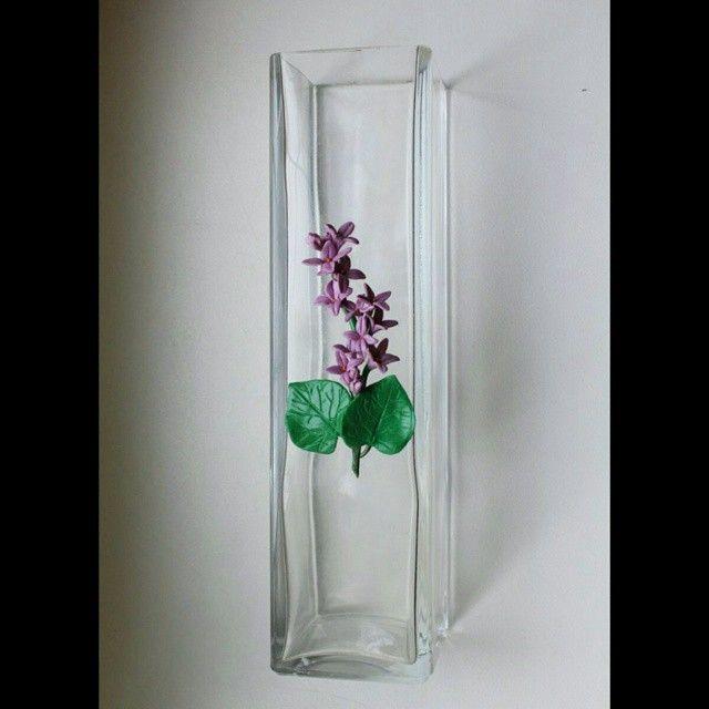 Ваза с декоративным элементом; материалы: стекло, полимерная глина. #vase #glass #polymerclay #flower #lilac #handmade #interior #ваза #полимернаяглина #цветы #сирень #хендмейд #интерьер #декор