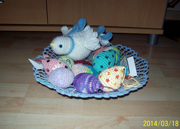 De mand de duif en de paas eieren gehaakt.