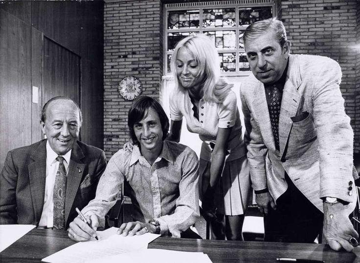 Danny cruyff verificando la firma del contrato