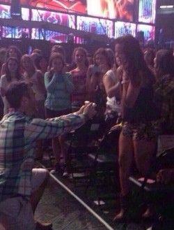 Harry Styles hilft bei Heiratsantrag auf One Direction Konzert!