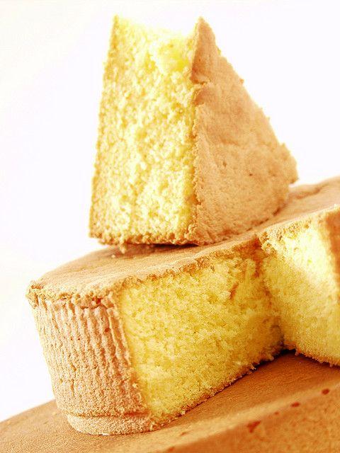 | Bizcochuelo perfecto 5 secretos para lograrlo/... El Bizcochuelo es una torta de texturas fina y peso ligero, el aire es el único (levantador) del bizcochuelo, que no lleva grasa en su composición y que sirve de base en la preparación de muchas recetas de tortas. Con esta receta básica de bizcochuelo se pueden preparar, entre otras, el bizcochuelo borracho, el bizcochuelo volteado con frutas, el bizcochuelo con ron y crema de moka, la delicia suiza y el brazo gitano.