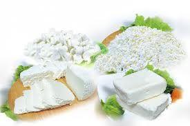 Кальцинированный творог.   Для получения 100 граммов кальцинированного творога нужно взять 600 грамм свежего пастеризованного или предварительно прокипяченного молока, 2,5 грамма кальция лактата или 6 мл 20% хлористого кальция, которые можно приобрести в аптеке.    Отдельно следует сказать о молоке - оно должно быть натуральным, а не восстановленным из сухого молока и тогда творог получится.    К холодному молоку нужно добавить порошок кальция лактата или раствор хлористого кальция…