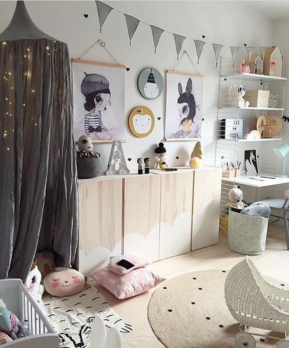 Kinderzimmer mit IVAR Schränken im Wolken-Design