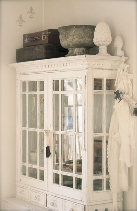 this china hutch is a great combination of shaby, chic and vintage. love it