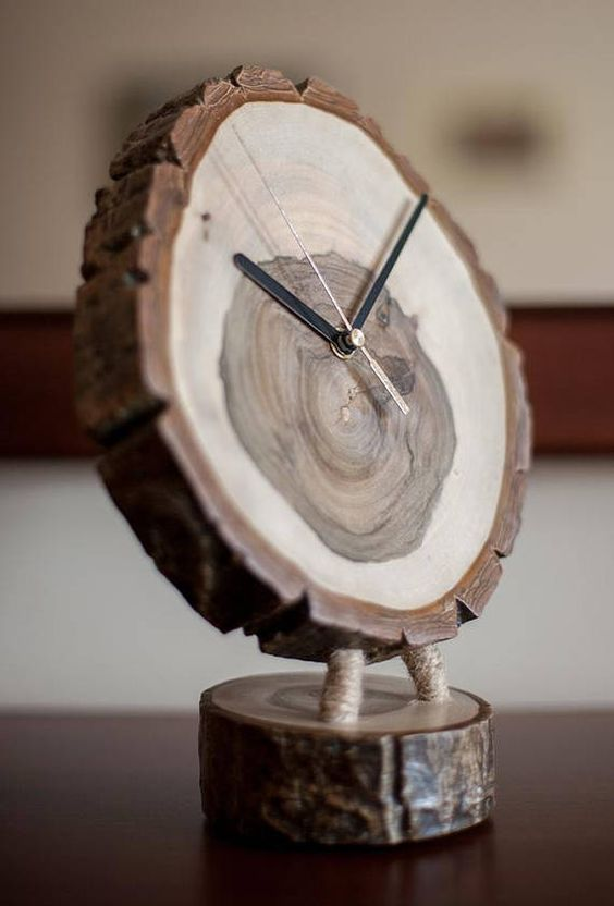 Wooden clock ERIV Clock made of walnut wood, hand-polished, polished acrylic lacquer and wax. Height: 28 cm Diameter: 20/21 cm