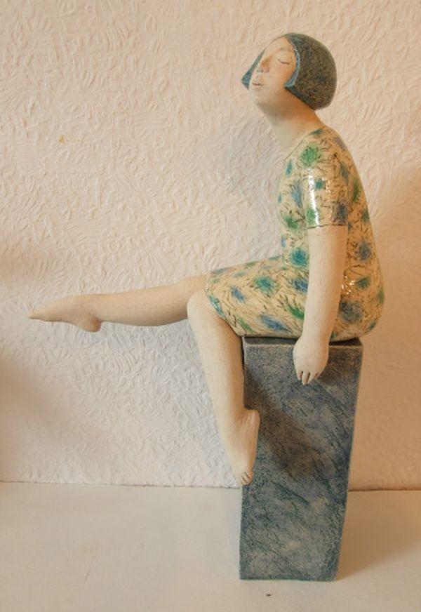 Скульптор Элизабет Прайс (Elizabeth Price) для творческого вдохновения при создании своих неотразимых маленьких скульптур использует образы окружающих её людей. Она очень тонко схватывает человеческие эмоции и манеры. Работы Элизабет довольно узнаваемы. Фигурки, с любовью созданные мастером, словно живут рядом с людьми: стоят, сидят, лежат и даже висят в самых разных местах интерьеров.
