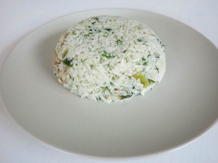 Dereotlu ve Yeşil Soğanlı Tavuklu Pilav  -  Mine Akgün #yemekmutfak.com Tavuk eti, dereotu ve taze soğanla yapılan çok lezzetli bir yemek tarifidir. Bu pilavda tavuk eti yerine hindi, dana veya kuzu eti de kullanabilirsiniz. Her şekilde tadına doyamayacağınız sağlıklı ve hafif bir pilavdır.