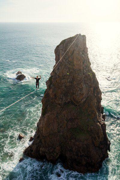 """Auch andere Sportarten am Fels hat Kleine festgehalten: Hier balanciert eine Frau beim """"Highlining"""" 50 Meter über der donnernden atlantischen Brandung am Cabo da Roca in Portugal."""