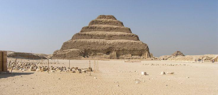 Imhotep su paso de la historia a la leyenda. Pirámide escalonada de Zoser en Saqqara. Foto Isabel Genovés.