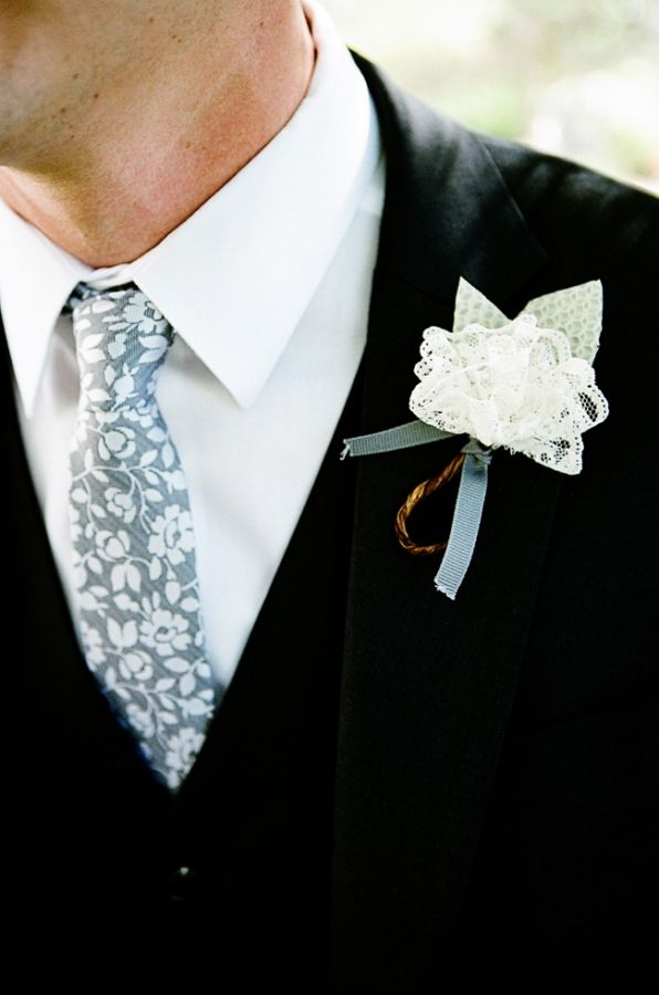 I love this too muchBoutonnier Ideas, Fabrics Flower, Vintage Lace, Flower Boutonnier, Lace Boutonnieres, Ties, Buttons Hole, Lace Flower, Grooms