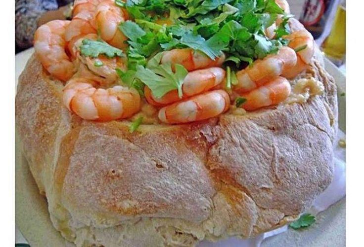 Ingredientes 1 Pão redondo grande (usei pão alentejano) 500 grs de Miolo de Camarão + alguns para a decoração 1 Ramo de Coentros 8 Dentes de Alho 1 dl de Azeite 5 dls de àgua 2 Ovos 1 Malagueta 0,5 Kg de Pão Duro 1 Cubo de Caldo de Marisco Sal q.b. Preparação Abra o …