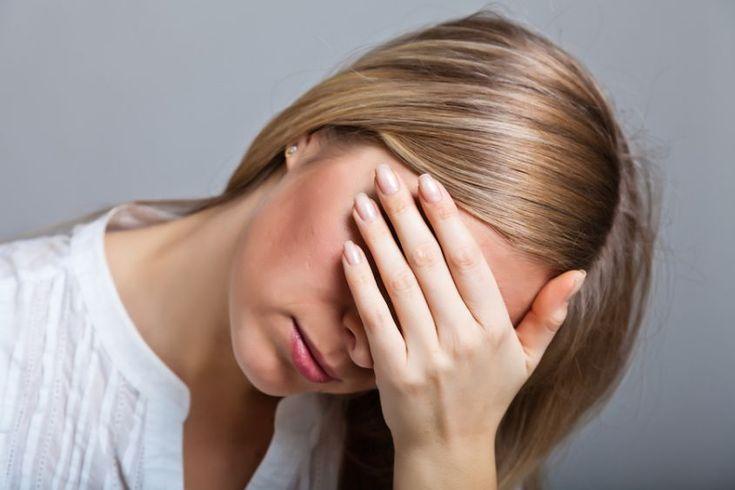 L'ansia sociale si manifesta con sintomi quali imbarazzo e tremore. Le cause sono da rintracciare negli stili educativi. Per i rimedi, farmaci e psicoterapia.