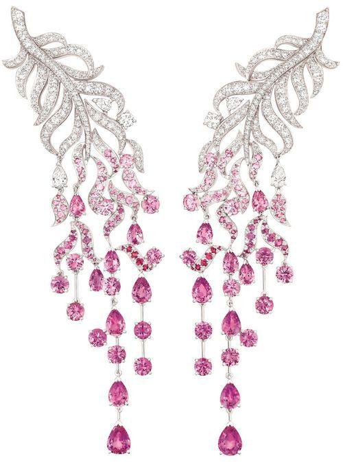 """""""Pendientes en oro blanco, con 243 diamantes talla brillante por un total de 4.8ct, cuatro diamantes talla pera, 142 zafiros rosas ronda cortar un total 11.8ct y 16 zafiros rosa de pera cortada por un total de 10.6ct"""". """"Chanel"""" Plume Enchantée:"""