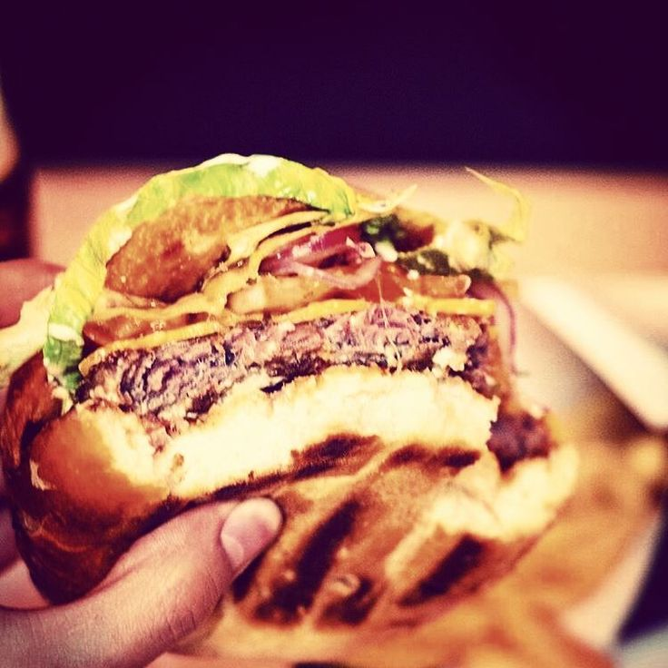 "8 oznaka ""sviđa mi se"", 1 komentara – Magdalena Jelić (@megwrite) na Instagramu: ""Now THIS is #burger @Regrann from @pivnicamerlon - #pivnicamerlon #osijek #homemade #cheeseburger…"""